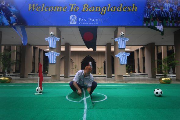 Ultimos retoques en la entrada del Hotel Pan Pacific Sonargaon Dhaka de...
