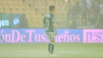 Juego entre León y Lobos BUAP se detuvo por tormenta y cancha inundada