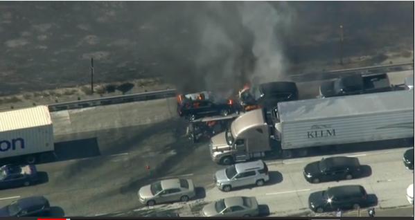 Un incendio en San Bernardino alcanzó a decenas de autos en la au...