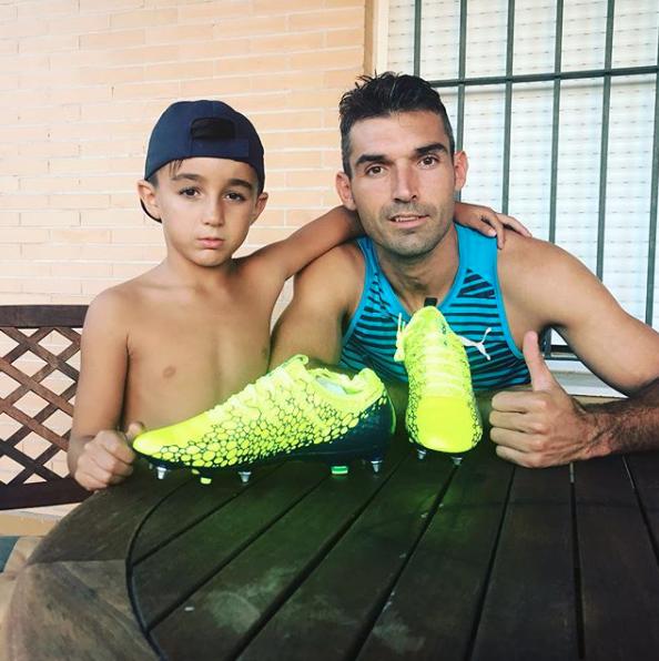 Su hijo, amante del fútbol, en una entrevista declaró que su sueño es se...