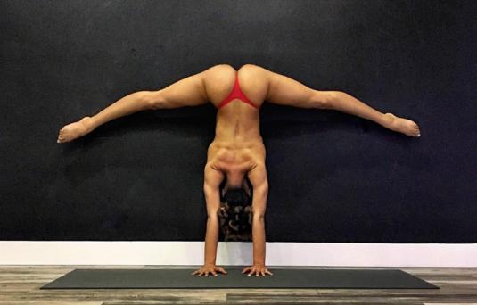 Conoce a la espectacular Jess Taras, una maestra que hace yoga al desnud...