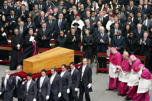 Durante su sepelio, sus fieles gritaron '¡Santo subito!' la frase...