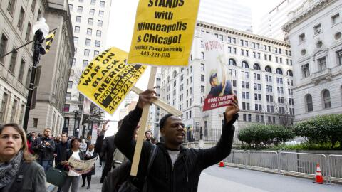 Una decena de personas protestó a las afueras de la corte