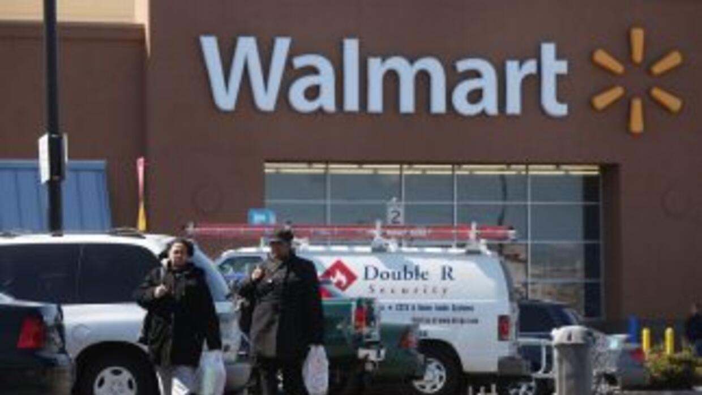 Trabajadores de un centro de distribucion de Walmart cerca de Joliet den...