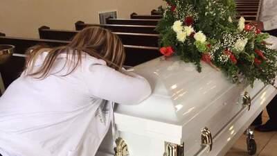 Roberta Flores de Maravilla llora por su hijo.