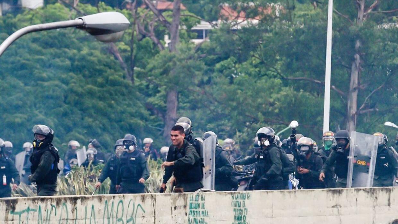 Un soldado de la GN empuña un arma durante la represión a una protesta e...