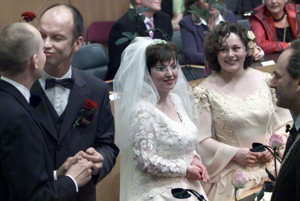 Y en 2001 se convirtió en el primer país en permitir el matrimonio entre...