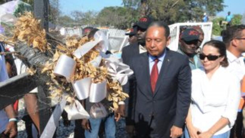 Duvalier visitó la tumba de sus familiares en Haití.