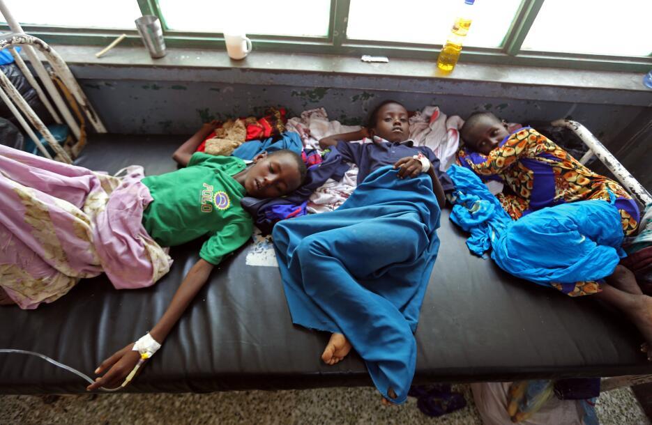Somalia: Niños desplazados comparten cama en una sala para casos de diar...