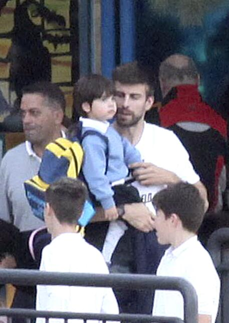 Gerard va por su pequeñito al colegio.