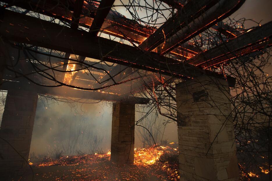 Las llamas del 'Sand Fire' calcinaron 18 casas en el condado de Los Ángeles