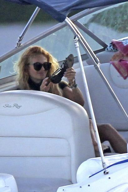 Paulina revisando sus zapatos.Mira aquí los videos más chismosos.