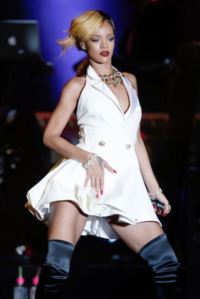 Rihanna siempre de atreve a jugar con su cabellera y el rubio es uno de...