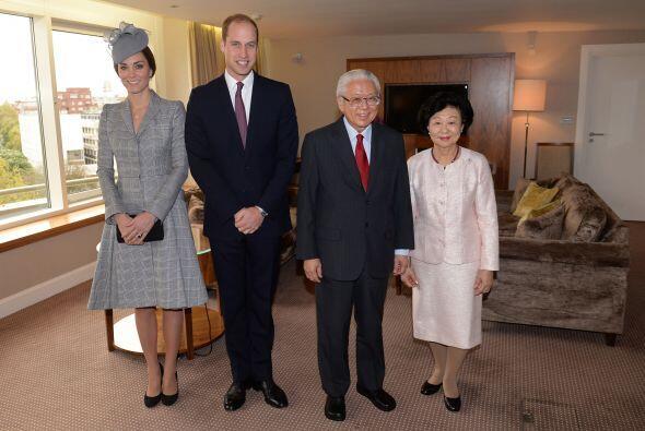 Posando para la foto oficial junto al presidente de Singapur.