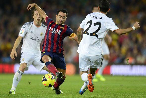 Xavi estuvo muy marcado, pero aún así puso clase en el medio campo.
