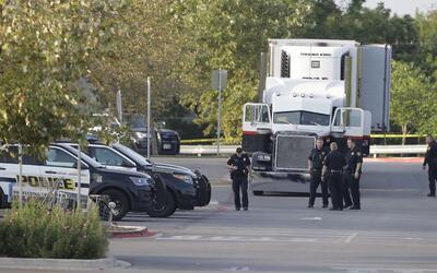 La policía de San Antonio, Texas, inspecciona un camión in...