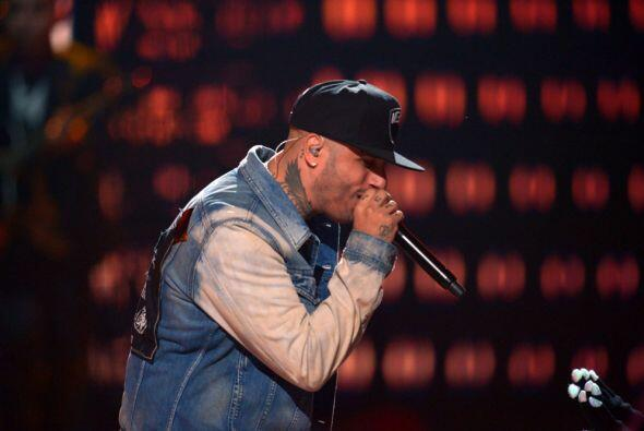 Nicky Jam se entregó por completo al fiel público de Premios Juventud.