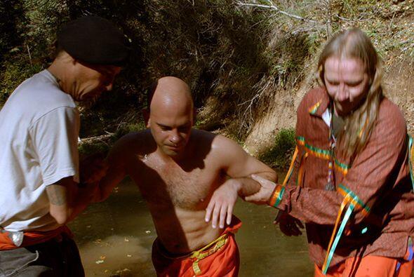 Después de salir de la cabaña de transpiración los iniciados son llevado...