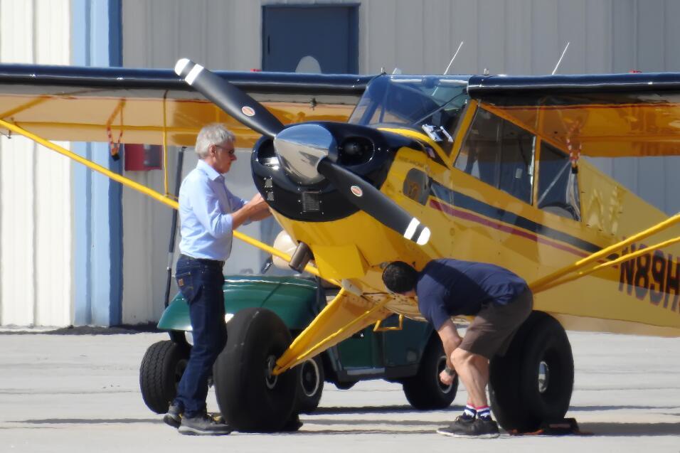 El actor Harrison Ford recibió la asistencia de un compañero en el aerop...