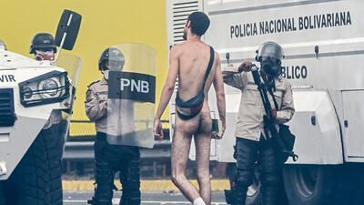 En fotos: Un joven venezolano se desnuda para enfrentar a las fuerzas de seguridad