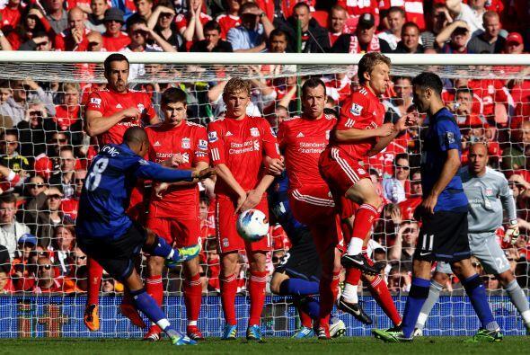 Un tiro libre de Ashley Young pasó muy cerca y el United se acercaba.