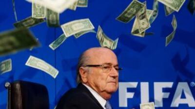 El presidente de la FIFA, Joseph Blatter, cuando le arrojaron billetes a...