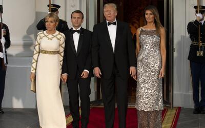 La foto en la que el presidente Emmanuel Macron y su mujer, Brigitte Mac...