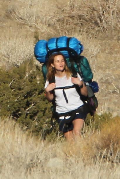 Pobre Reese Witherspoon, en ese backpack seguramente está cargando dos v...