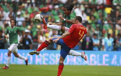 Giovani dos Santos pelea un balón con Marchena en el amistoso que...