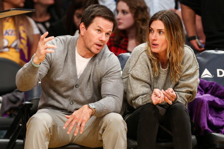 Mark Wahlberg y Rhea Durham disfrutan de los Lakers en el día de Navidad...