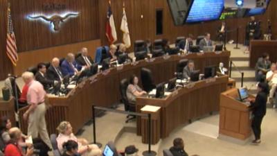 Durante horas, decenas de personas le pidieron al Concejo de Fort Worth...