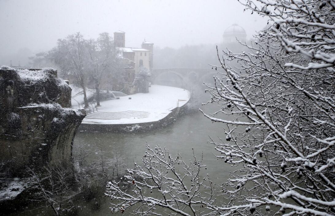 Roma bajo la nieve: La antigua ciudad recibe su primera nevada en seis a...