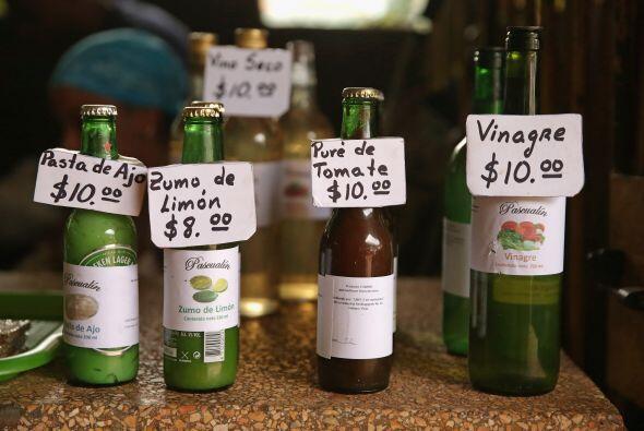Botellas de jugo de limón, pasta de tomate, vino de cocina y el j...