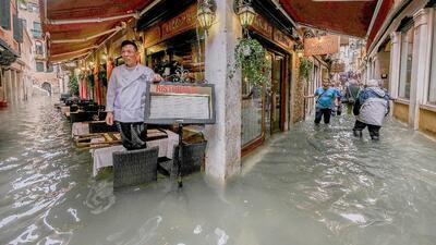 Venecia bajo el agua: una subida repentina de la marea inundó las calles y plazas de la histórica ciudad (fotos)