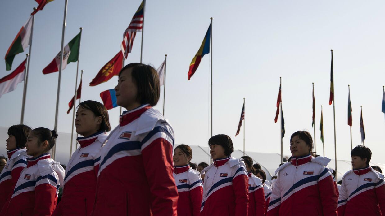 Deportistas de Corea del Norte fueron recibidos en la Villa Olímpica de...