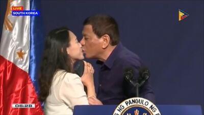 ¿Acoso sexual o broma inofensiva? Video viral de un presidente insistiéndole a una mujer que lo bese provoca indignación mundial