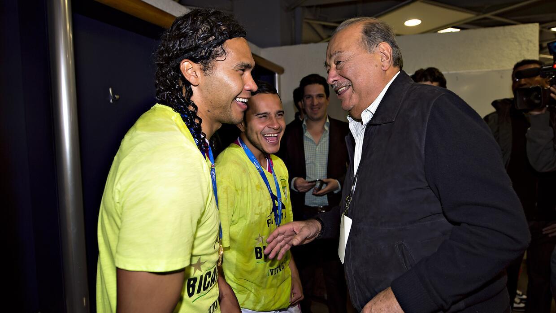 El empresario mexicano Slim bromeando con 'Gullit' Peña y Luis Montes
