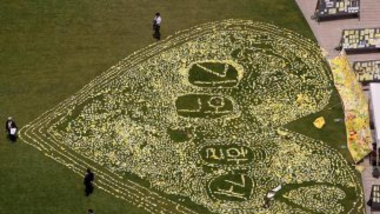 Un corazón de barcos de papel conmemora a las víctimas del naufragio de...