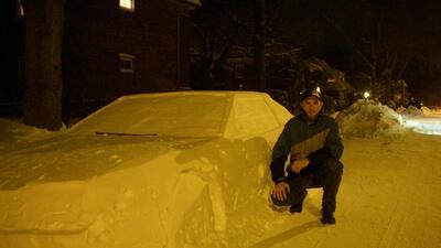 Joven tima a la policía con carro esculpido en nieve