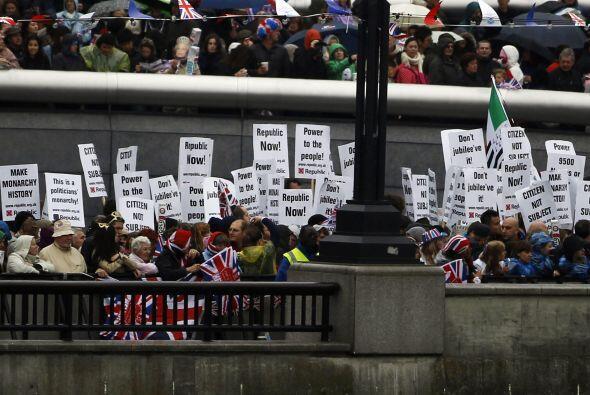 1,000 MANIFESTANTES- Cerca de mil activistas anti-monárquicos alzaron su...