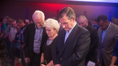 Ted Cruz reza durante un evento de campaña en Iowa