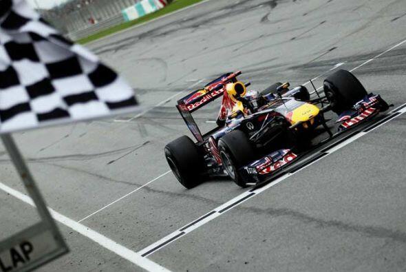 Vettel cruzó la meta con 3.2 segundos de ventaja sobre el ingl&ea...