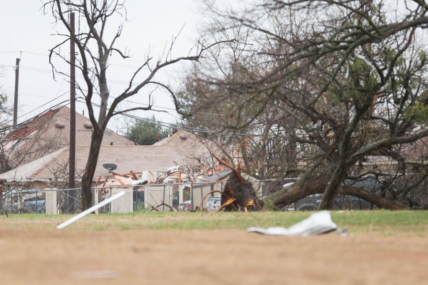 Tornados dejan una docena de muertos en Texas GettyImages-502601340_mast...