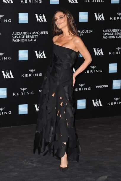 Victoria lució un escotado vestido negro que dejaba ver sus atributos.