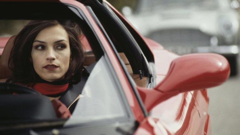 La villana Xenia Onatopp, interpretada por Famke Janssen, al volante de...