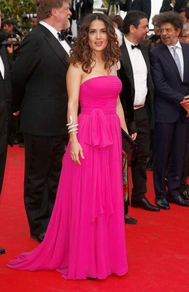 Salma Hayek posó con un sencillo, pero bonito y favorecedor, vestido en...