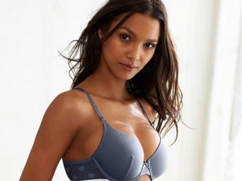 Una nueva colección de Victoria's Secret que Lais modela.