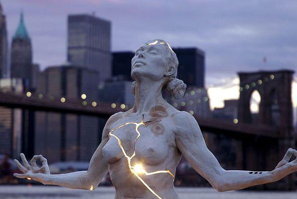 Expansión, Nueva York - El autor de esta mística escultura invita a la...