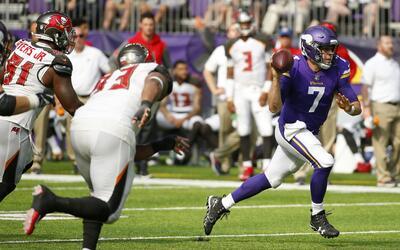 Case Keenum, quarterback de los Vikings de Minnesota, se escapa de los B...
