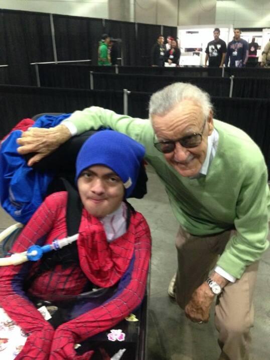 Christopher León, vestido de Spider-Man, posa con el dibujante Stan Lee